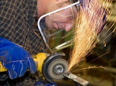 при работа с електрически ъглошлайфи използвайте предпазни средства – очила и щит, ръкавици