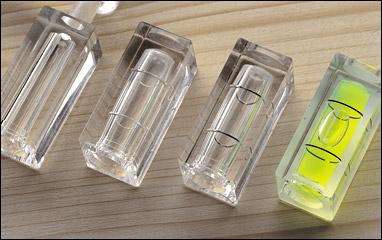 [Кликни и влачи, за да преместиш] Основата за стандартния тип нивелир с балонче е огъната стъклена тръбичка пълна с течност, в която плува балонче възух или газ.